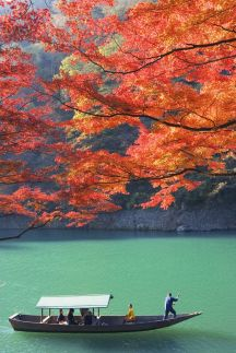 Autumn comes to Arashiyama, Kyoto for a visit. Would you like to join us? www.jnto.go.jp/...